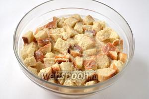 Перекладываем кусочки хлеба в яично-йогуртовую массу и перемешиваем.