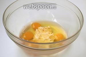 К мягкому маслу добавить яйца.