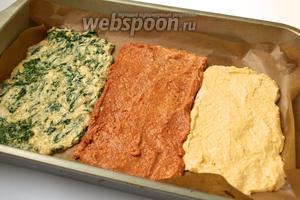 Выстелить форму пекарской бумагой и выложить все 3 массы. Слой теста около 1 см. Массе дать схватиться в духовке при 180 °C — это займёт около 10 минут.