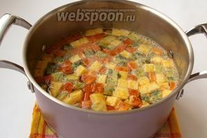 Бульон довести до кипения, опустить в него кубики и варить 5 минут. Супу дать немного настояться и разливать по тарелкам. Приятного аппетита!