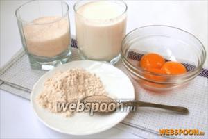 Для приготовления крема нам понадобится 3 яичных желтка, молоко, сахар, ванильный сахар и мука.