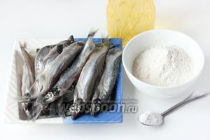 Для приготовления жареной мойвы нам понадобится размороженная или свежая мойва, соль, пшеничная мука, подсолнечное рафинированное масло.