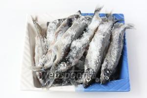 Мойву (600 грамм) тщательно моем, откидываем на бумажное полотенце и слегка промокаем им рыбу. Далее посыпаем её солью по вкусу.