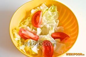 Порвите салат на мелкие кусочки и добавьте в него остальные овощи.
