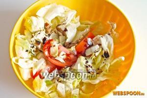Заправьте салат по вкусу оливковым маслом и бальзамическим соусом, посолите и поперчите.