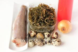 Для приготовления салата нам понадобится хек, морская капуста, репчатый лук, перепелиные яйца, майонез.