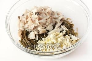 Соединяем морскую капусту, мелко нарезанный лук, филе рыбы, нарезанные кубиками яйца.