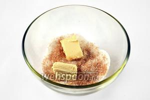 Смешиваем белый и коричневый сахар и перетираем с размягчённым сливочным маслом до состояния крошки.