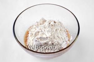 Муку смешиваем с солью и разрыхлителем и всыпаем в жидкую смесь, замешиваем тесто.