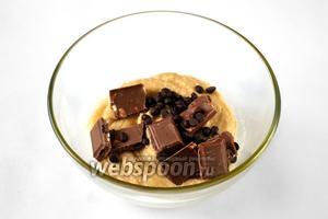 В конце добавляем шоколад, разломанный на квадратики, и шоколадные капли, перемешиваем.
