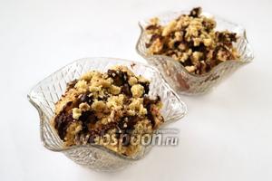 Разламываем готовый десерт на кусочки, поливаем растопленным шоколадом или шоколадным соусом. Подаём с чаем, кофе, молоком, кисломолочными напитками.