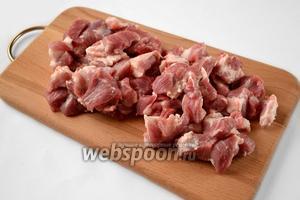 Мясо режем кусочками среднего размера.