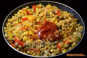 Добавляем муку, размешиваем, затем добавляем томатный соус.