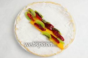 Нарезанные бруски фруктов и ягод разложить на блин поперёк.