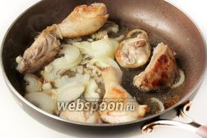 Обжариваем на подсолнечном рафинированном масле лук, нарезанный полукольцами, и куриное мясо до золотистой корочки.