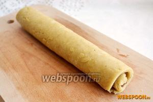 Сверните тесто с начинкой рулетом и нарежьте печенье толщиной 0,5 см.