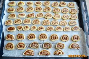 Печенье выложите на противень, застеленный пергаментной бумагой, и поставьте в холодильник на 30 минут. Затем выпекайте в разогретой до 180 °С духовке 15 минут.