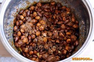 Затем переложите их в кастрюлю и держите на среднем огне, понемногу добавляя сахарную пудру и помешивая, по мере того, как она будет таять и орехи покроются карамелью.