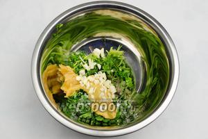 Приготовить маринад: вымыть, просушить, мелко нарезать кинзу. Нарубить мелко 2 зубчика чеснока. Добавить 1 ст. л. мёда и 1 ст. л. горчицы. Посолить и поперчить. Всё перемешать.
