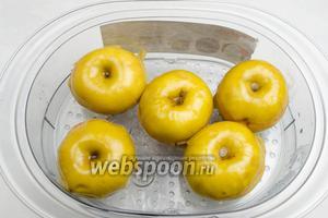 Готовые яблоки аккуратно вынуть из пароварки.
