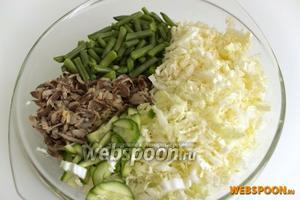 Пекинскую капусту и огурец нарезать тонкой соломкой. Соединить все ингредиенты вместе. Заправлять и солить салат перед самой подачей на стол. Иначе овощи дадут сок и салат будет не таким воздушным и хрустящим.