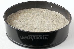 Форму диаметром 22 см выложить кулинарной бумагой и вылить в неё тесто.