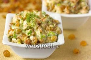 Салат с жареным куриным мясом и изюмом