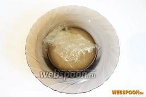 Пластинки желатина замочить в холодной воде на 5 минут. Если используете желатин порошковый, а не в пластинках, тогда следуйте инструкции на упаковке.