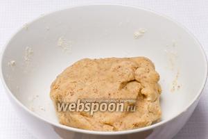 Тщательно перемешать все ингредиенты и поставить в холодильник на 30 минут, чтобы тесто стало твёрдым.