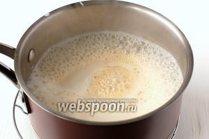 Влить в расплавленный сахар нагретые до 90 ºC сливки и помешивать 6-7 минут, пока весь сахар не растворится в сливках.