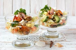 Салат из маринованного морского коктейля