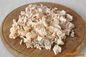 Мясо вынуть из пакетов. Образовавшийся сок обязательно сохранить, пряности можно удалить. Мясо снять с кости и мелко нарезать.