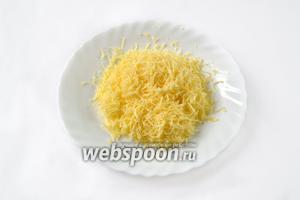 Сыр измельчаем на тёрке в стружку. Вкуснее всего с Пармезаном, но можно взять любой твёрдый сыр.