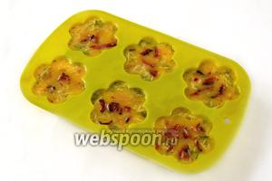 Наливая яичную смесь в формочки, нужно её постоянно перемешивать, чтобы сыр и зелень равномерно распределялись в смеси, сверху посыпать беконом. Силиконовые формы можно не смазывать маслом, а металлические — обязательно.
