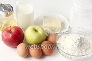 Для приготовления яблочного пирога со сливочной заливкой нам понадобится пшеничная мука, куриные яйца, сахарная пудра, разрыхлитель, сливочное масло хорошего качества, сладкие твёрдые яблоки (2 крупных или 3 средних), подсолнечное рафинированное масло, молоко.
