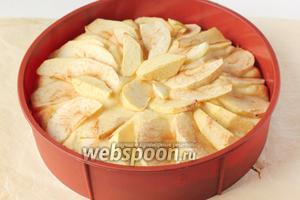 По прошествии 20 минут выпечки пирога достаём его из духовки. Пирог значительно поднялся, яблоки подсохли.