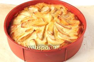 Ставим пирог обратно в духовку и выпекаем при той же температуре ещё 20 минут.