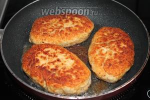Обжарить на сковороде с маслом с двух сторон.