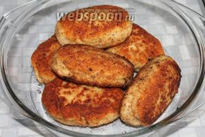 Обжаренные зразы сложить в кастрюлю для микроволновой печи, смазанную маслом, по желанию сбрызнуть соевым соусом. Поставить на максимальную мощность на 5 минут. После перерыва ещё довести в течение 5 минут при мощности 80 %.