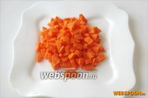 Морковь нарезаем кубиком.