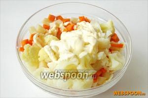 Отварные морковь, сельдерей, макароны и цветную капусту соединяем с ветчиной. Заправляем майонезом.