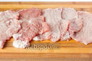 Отбиваем куски мяса.