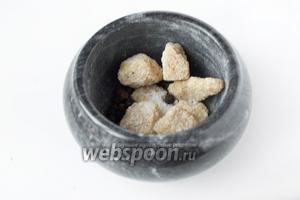 В ступке соединяем сахар, соль, чёрный перец горошком.