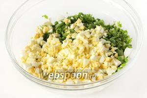Перекладываем нарезанные яйца в салатник.
