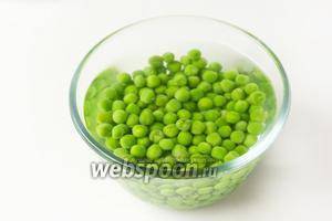 Отвариваем зелёный горошек в кипящей воде около 5 минут, сразу же выкладываем в ледяную воду, чтобы горошек сохранил свой зелёный цвет.