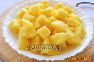 Ближе к окончанию варки голеней порежьте картофель на крупные брусочки или кубики.