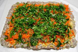 Поверх моркови разложить мелко нарезанную зелень кинзы.