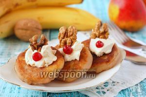 Манные оладьи с яблоками, орехами и изюмом