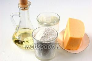 Для приготовления лепёшек с сыром нам понадобится вода, пшеничная мука, подсолнечное масло и твёрдый сыр.
