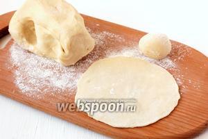 Разделить тесто на колобки величиной с грецкий орех. Раскатать каждый колобок в лепёшку толщиной 1-1,5 мм.